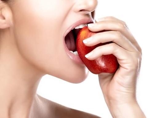 自粛生活中は固いものを食べよう!歯の衰えは健康被害を招く恐れが…