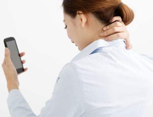 オンライン飲み会、立ちパソコンも要注意!スマホ使用が頭痛を加速させる??
